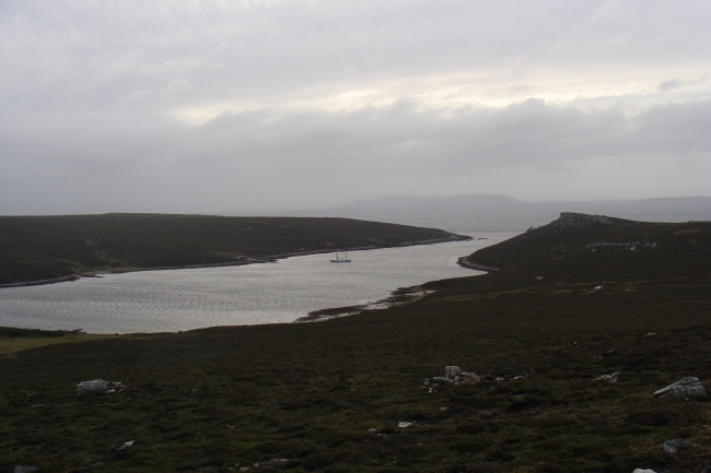 Foto10 - Dunbar Creek sobre el Byrond Sound, al fondo Carcass Island (Isla del Rosario)